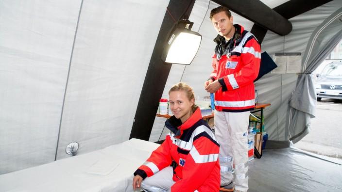 Ursula Beirer (Rettungsassistentin) und Marc Anschütz (Assistenzarzt) helfen am Hauptbahnhof den Flüchtlingen in Zelten (Firma Aicher Ambulanz)