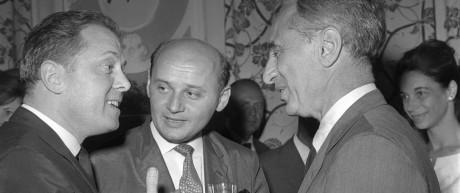 Elia Kazan (rechts) im Gespräch mit dem Schauspieler Richard Attenborough bei den Filmfestspielen in Karlsbad im Jahr 1964.