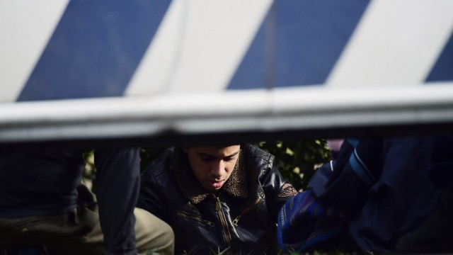 Warten auf Anweisungen der Polizei: Flüchtlinge an der Grenze zwischen Serbien und Ungarn nahe Roszke