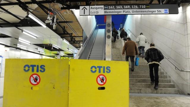 Gesperrte Rolltreppe im U-Bahnhof Moosach, 2010