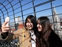 Chinesische Touristinnen auf dem Alten Peter in München, 2014