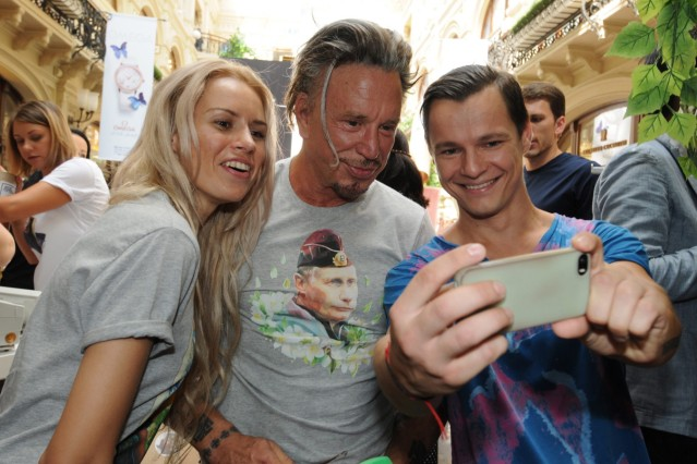 Mickey Rourke buys a T-shirt decorated with Putin print