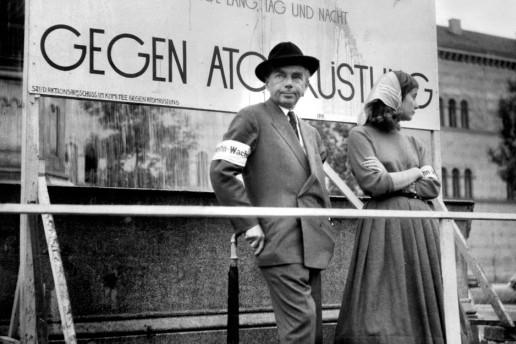im jahr 1958 trat erich kstner bei einer anti atom kundgebung vor der mnchner universitt auf - Erich Kastner Lebenslauf