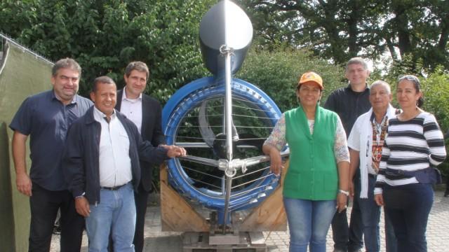 Kolumbianer besichtigen Wasserturbine; Wasserturbine für Kolumbien