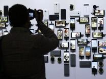 Smartphones an einer Wand