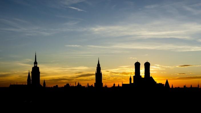 Stadtpanorama von München bei Sonnenuntergang