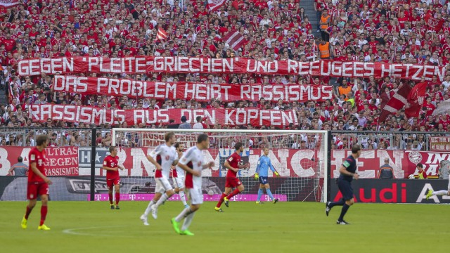 Fans gegen Rassismus Grexit Fluechtlingspolitik Fluechtlinge Politik Choreographie Transparent