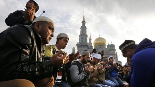 Gebet vor der Sobornaya-Moschee in Moskau