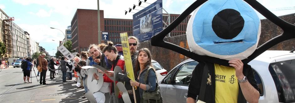 Etwa 150 Menschen haben am Samstag 05 09 2015 mit einer Menschenkette vor der neuen Berliner BND Z