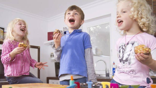 Germany Childrens celebrating birthday in kitchen model released property released PUBLICATIONxINxG