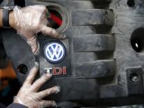 TDI-Emblem auf der Motorabdeckung eines Dieselmotors