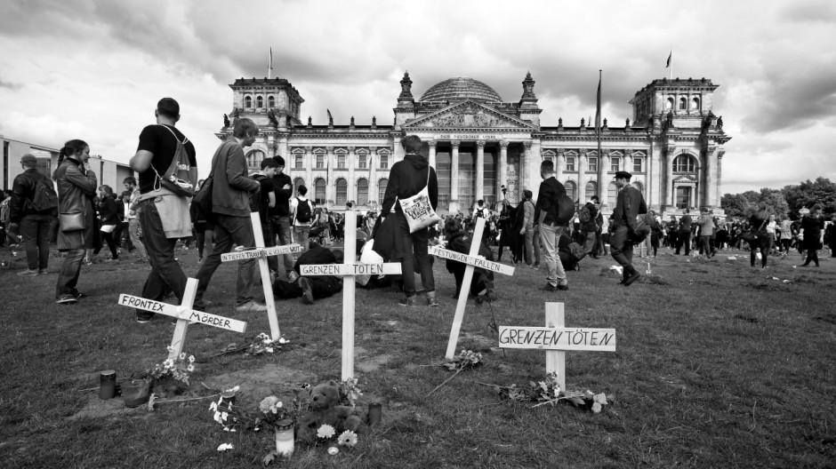 """Berlin, 21.6.2015, Reichstag/ Bundestag; Tausende Demonstranten sind im """"Marsch der Entschlossenen"""" vor den Bundestag gezogen und haben mehr als 100 Gräber ausgehoben - aus Protest gegen die aktuelle Flüchtlingspolitik;Der Protestmarsch ist Teil der großa"""