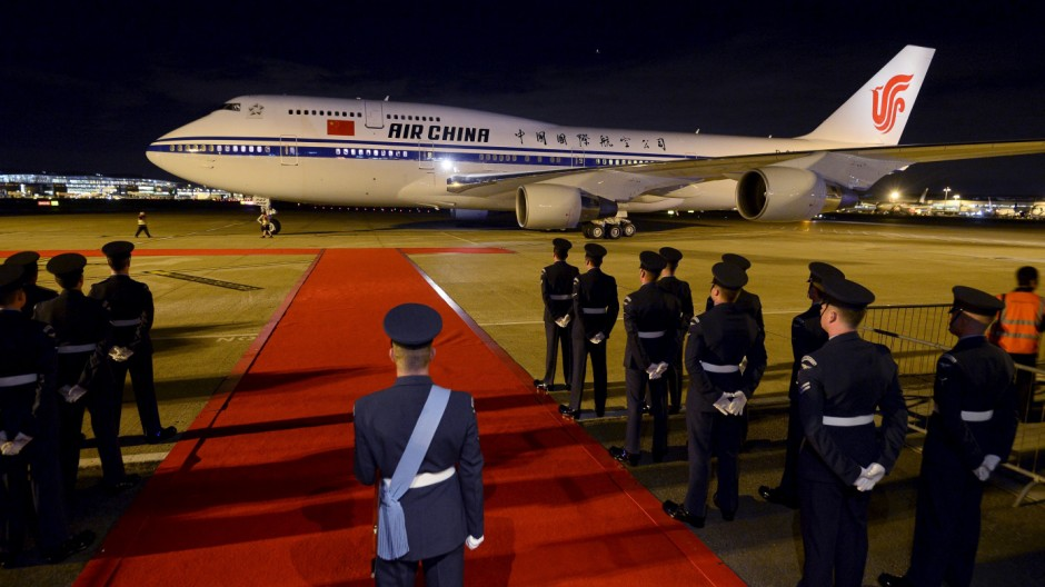 Plane carrying Chinese President Xi Jinping and his wife Peng Liyuan arrives at London's Heathrow Airport