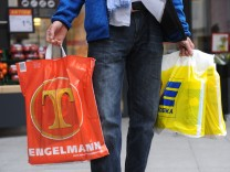 Mann mit Einkaufstüten von Edeka und Tengelmann, 2015