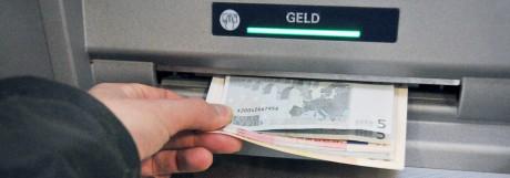 Banken planen vorerst fünf Euro Automatengebühr