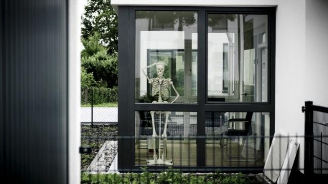 Puchheim: SERIE 'WER GRUESST DENN DA?' - Skelett als Werbung fuer Arztpraxis