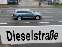 VW Passat Variant auf der Dieselstraße in Wolfsburg.
