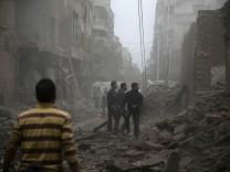 Nach einem mutmaßlichen Luftangriff syrischer Flugzeuge auf Douma bei Damaskus