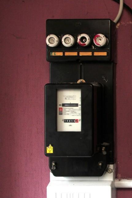 Stromzähler im verwahrlosten Zweifamilienhaus in Kirchtrudering in München, 2014