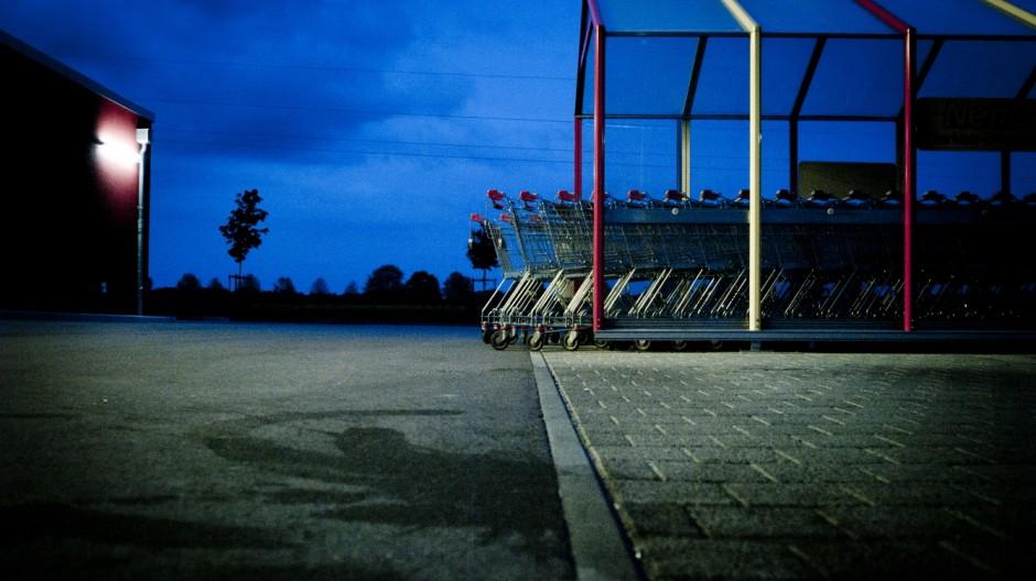 Einkaufswagen vor nächtlicher Kulisse in Moorenweis, 2014