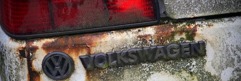 VW-Logo an verwittertem Volkswagen
