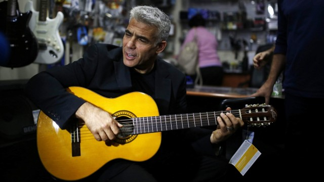Yair Lapid plays guitar in Ashdod campaign stop