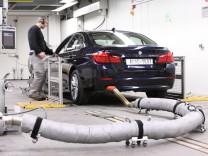 BMW 5er auf dem Rollenprüfstand beim ADAC-Ecotest.