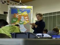 Puchheim: MITTELSCHULE - Schul-Unterricht für Flüchtlingskinder / Lehrerin Fuchs-Hager