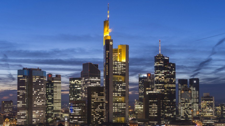Blick auf die Stadt mit Skyline bei Dämmerung und erleuchteten Hochhäusern Innenstadt Frankfurt am