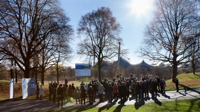 Erinnerung an Olympia Attentat  mit MIN Spaenle. Erinnerungsort Olympia-Attentat, Kolehmaineweg Olympiapark gegenüber Olympiadorf