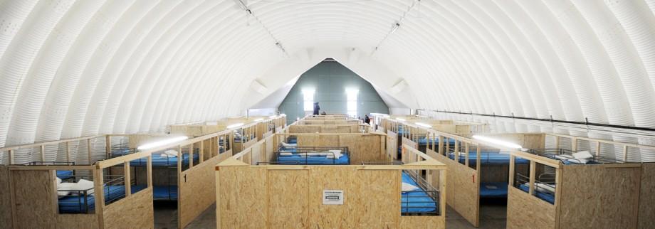De Maizière besucht Kurzzeitlager für Flüchtlinge