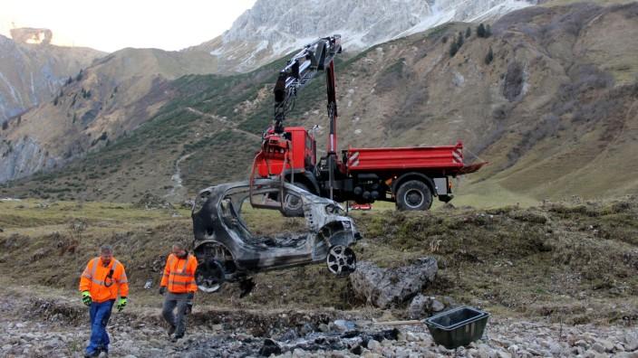 Ausgebranntes Auto wird vom Berg geholt