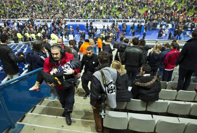 Paris St Denis 13 11 2015 Stade de France Verletztes Kind wird aus dem Stadion getragen Nach de