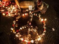 Kerzen am Pariser Platz wegen der Terroranschläge in Paris