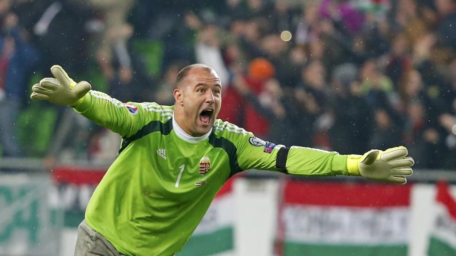 Der ungarische Torhüter Gabor Kiraly bejubelt das 2:0 seines Teams.