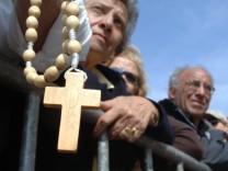 Tausende warten vor dem Petersdom