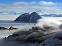 Berggipfel ragen aus dem Nebel