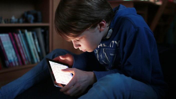 Jugendlicher mit Tablet; Jugendtlicher mit Tablet