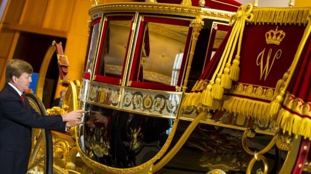 THE HAGUE King Willem Alexander looks at the Louwman Museum s restored glass coach glazen koets