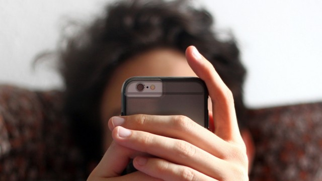 Jugendlicher mit Smartphone
