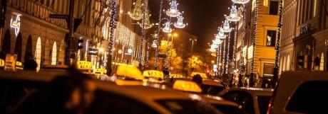 Schmuckfoto Weihnachtsbeleuchtung Brienner Straße gesehen vom Odeonsplatz, im Vordergrund Taxis