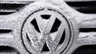 Eis auf VW-Emblem