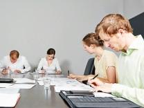Bewerber bei Einstellungstest im Assessment Center