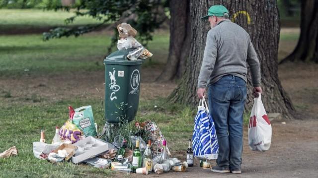 Ein Mann sammelt Flaschen vor einem staedtischen Muellbehaelter am Freitag 22 05 2015 in Leipzig D