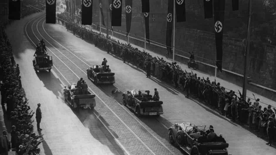 Adolf Hitler fährt zum Reichsparteitag 1934