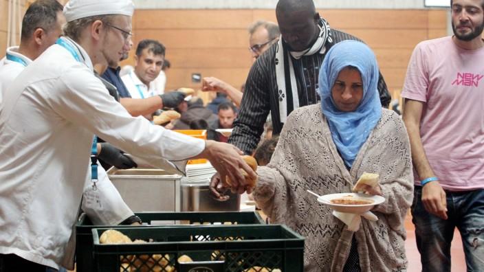 Provisorische Erstaufnahmeeinrichtung fuer Fluechtlinge in der Turnhalle der Reischlesche Wirtschaft