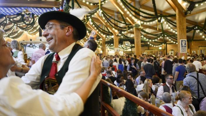 Das Festzelt Tradition auf der Oiden Wiesn auf dem Oktoberfest in München.