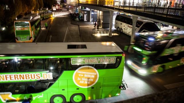 Fernbusse am Zentralen Omnibus-Bahnhof (ZOB) in der Münchner Arnulfstraße.