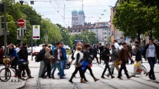 Trambahn, Trambahnen Dachauer Straße Kreuzung Lothstraße, Fußgänger