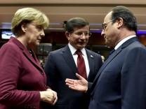 EU-Türkei-Gipfel in Brüssel: Bundeskanzlerin Merkel und Frankreichs Präsident Hollande sprechen mit dem türkischen Ministerpräsident Davutoğlu